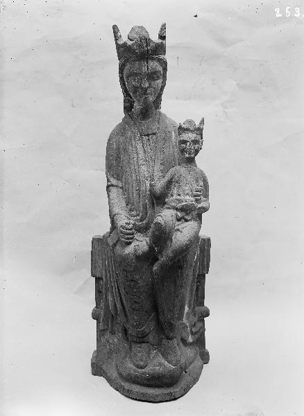 Hemsj Gamla Kyrka, baptismal font - RuneS