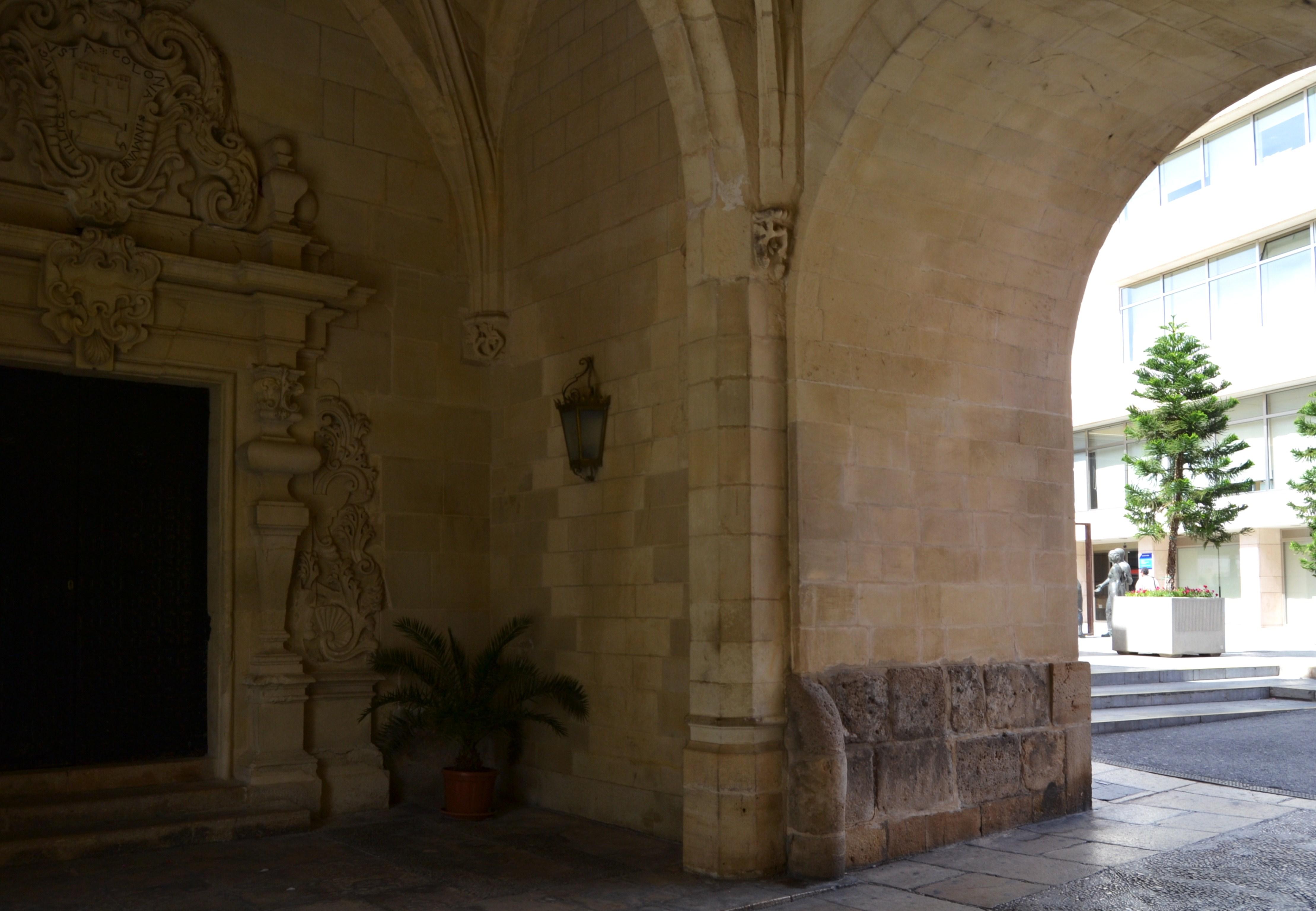 file interior del portal de la torre del consell