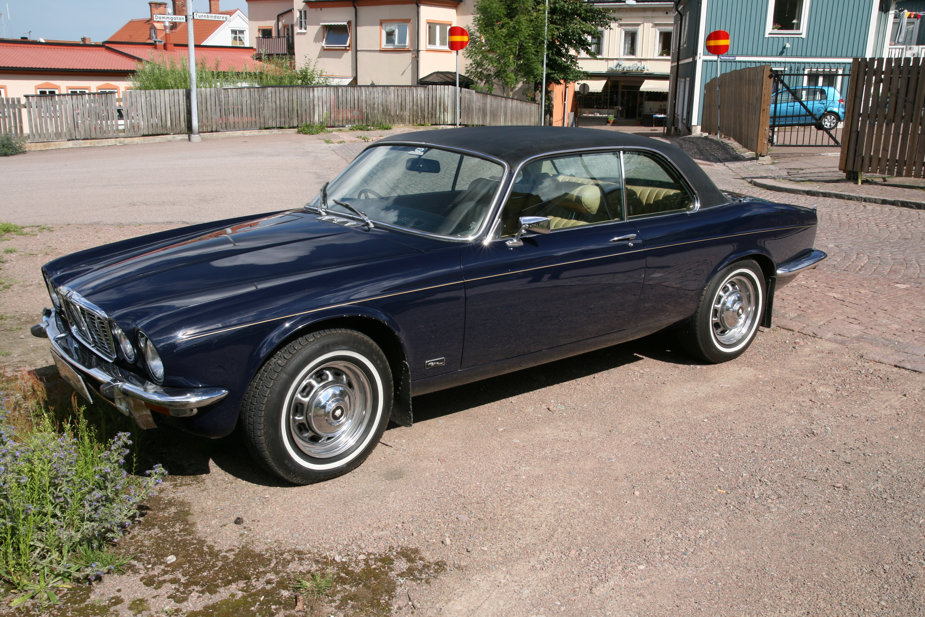 filejaguar xj 42c 1975 front leftjpg