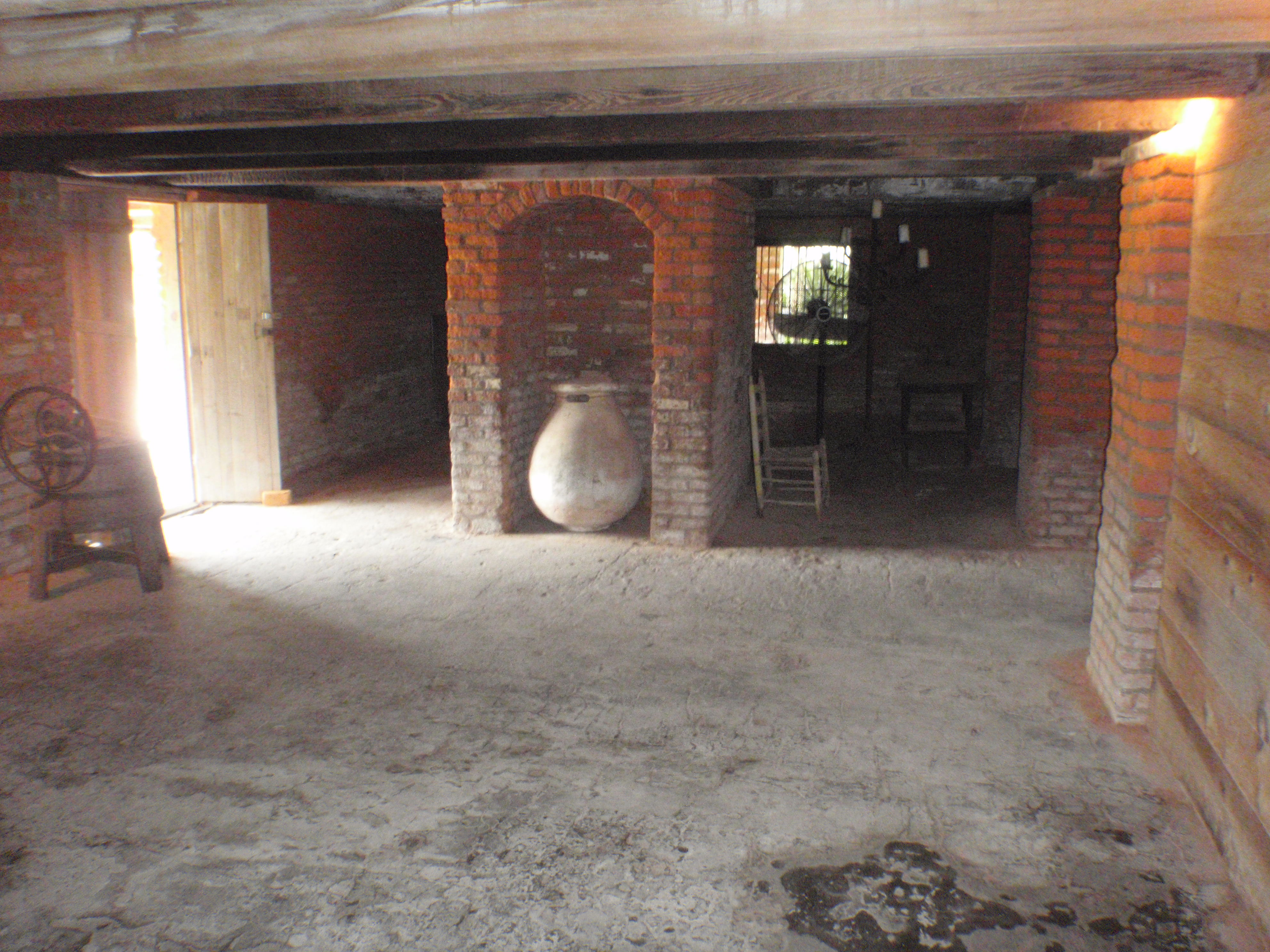 file laura plantation house basement jpg wikimedia commons
