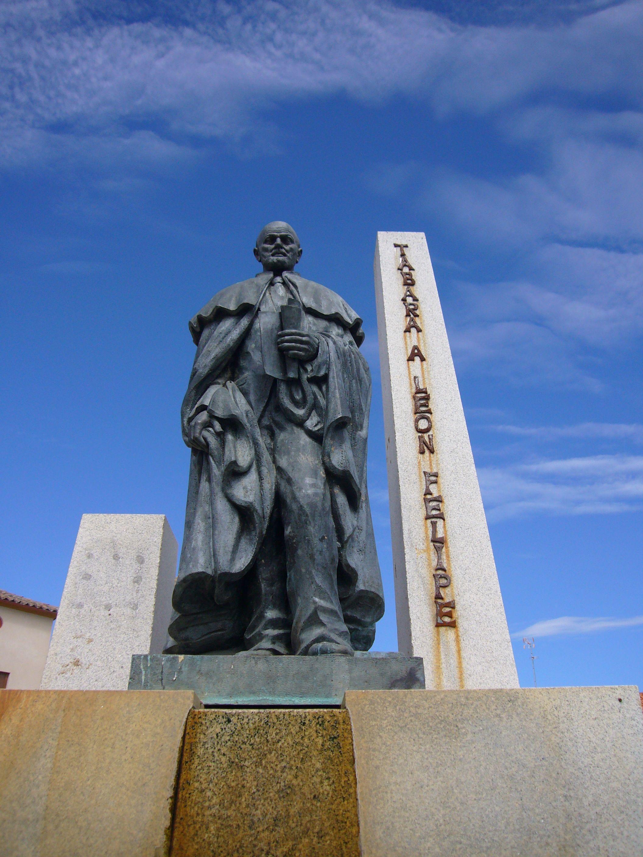Monumento en Tábara, su pueblo.