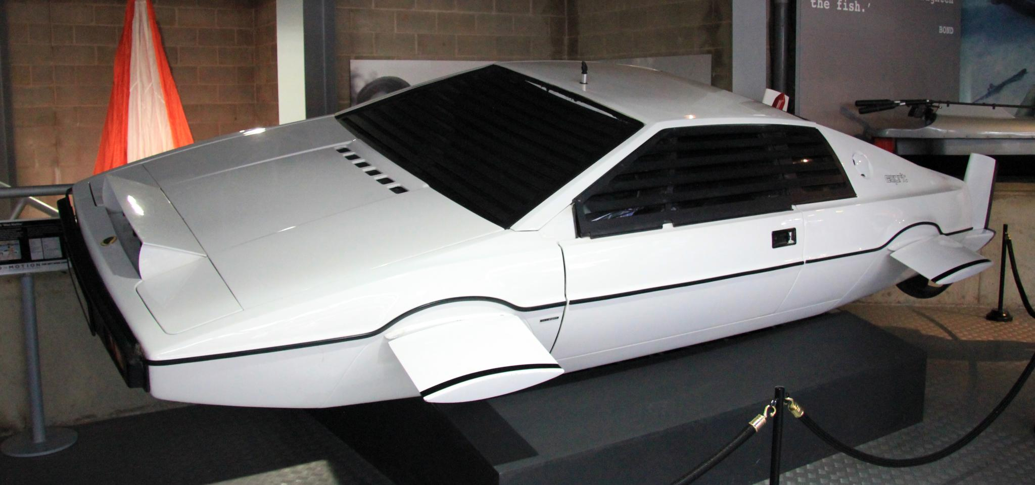 https://upload.wikimedia.org/wikipedia/commons/2/24/Lotus_Esprit_%28The_Spy_Who_Loved_Me%29_left-front_National_Motor_Museum%2C_Beaulieu.jpg