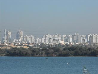 אגם העיר ראשון-לציון על רקע רבי-קומותיה