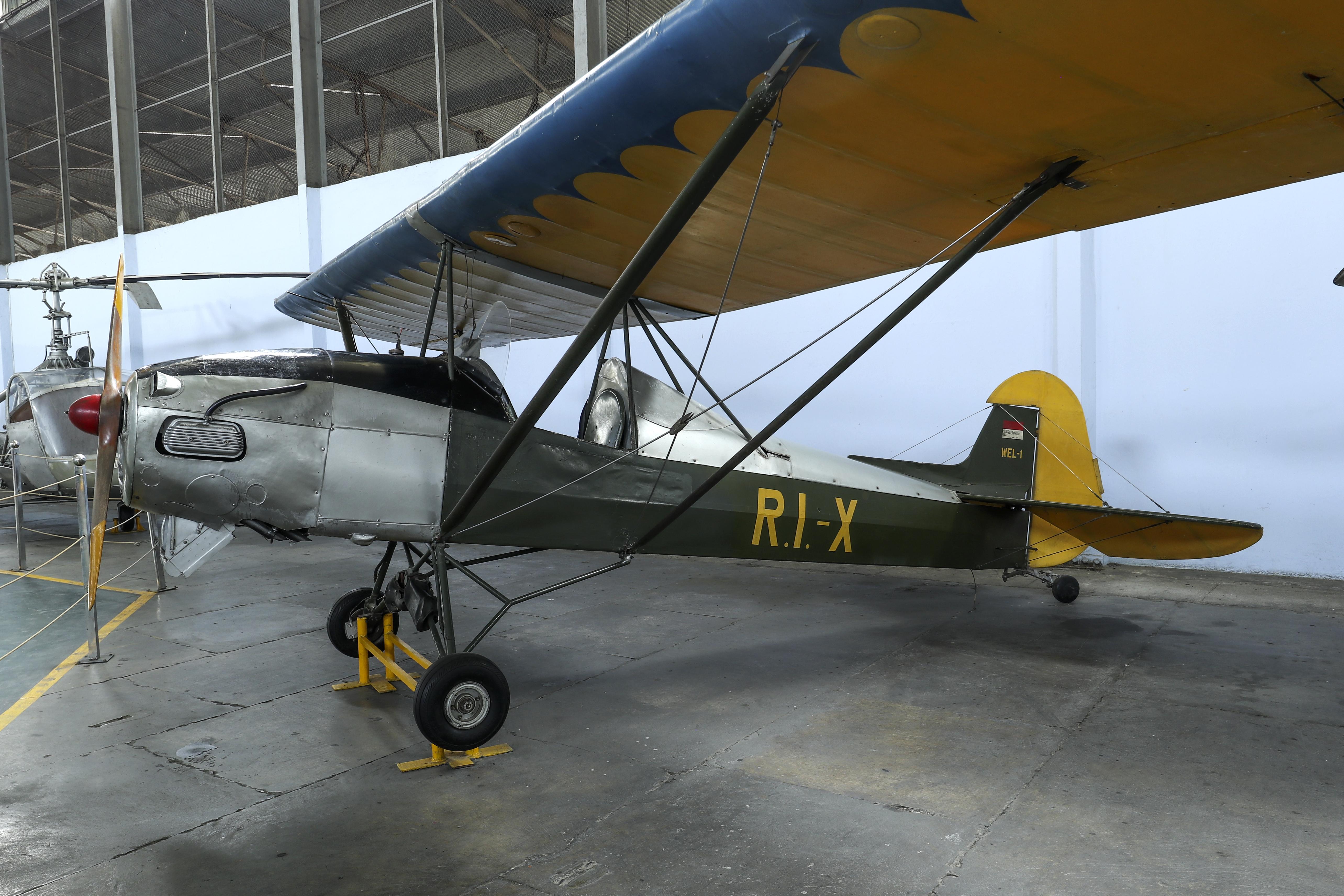 File:Replika-Pesawat-Terbang-RI-X.jpg