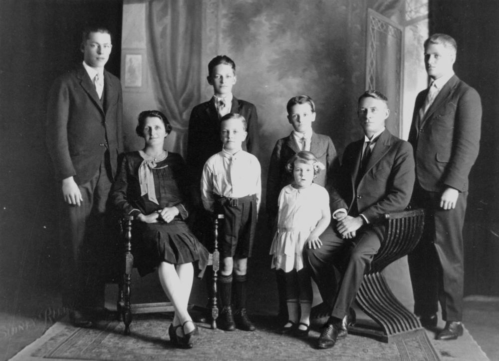 File:StateLibQld 1 186747 Briggs Family, 1928.jpg