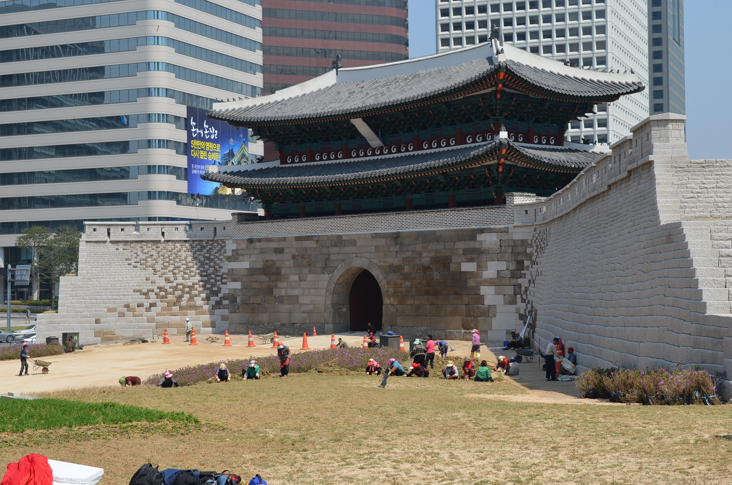 File:Sungnyemun front restoration right.jpg - Wikipedia, the free ...