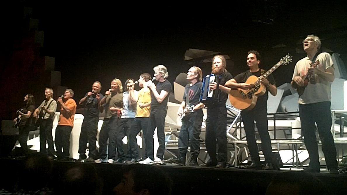 La banda de directo de Roger Waters en una actuación en Kansas en 2010.