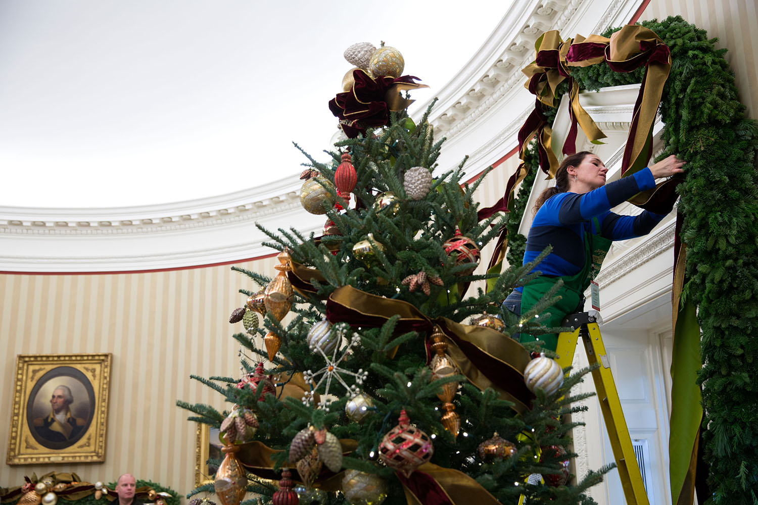 filewhite house volunteers hang christmas decorations in the oval officejpg - White House Christmas Decorations 2016