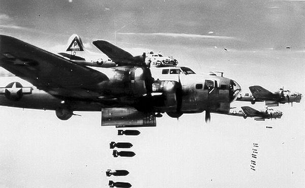 """Amerikanische B-17 Bomber, die """"fliegenden Festungen"""" im Angriff"""