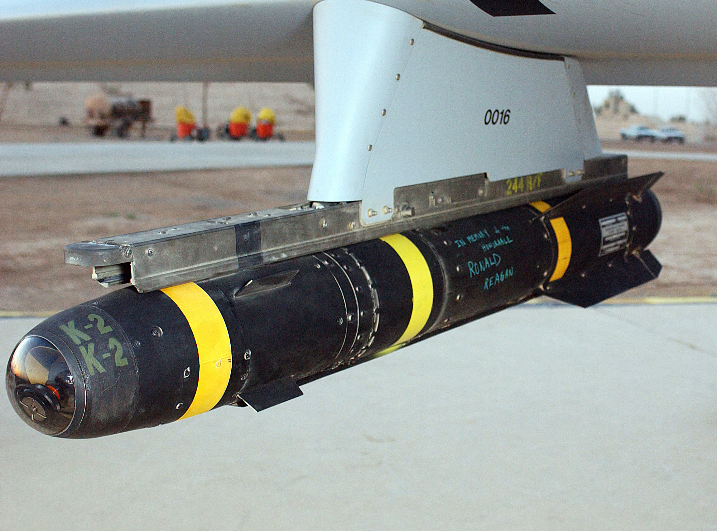 armée americaine - Page 2 AGM-114_Hellfire_hung_on_a_Predator_drone