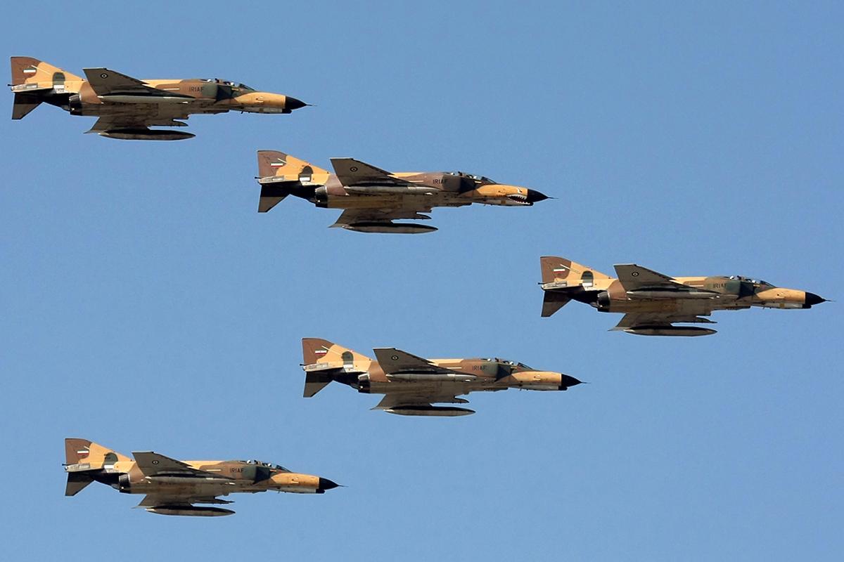 A formation of IRIAF F-4s over Bushehr.jpg