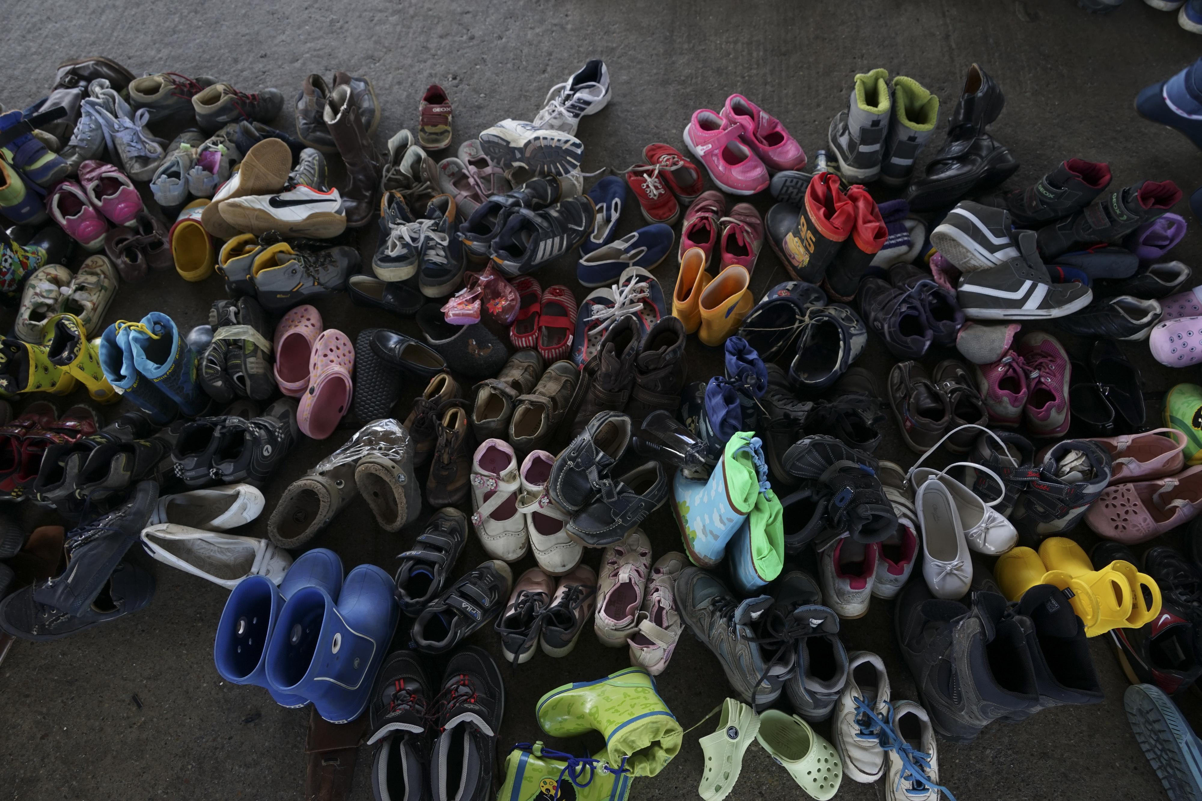 Arenoso Decir Entrada  File:A pile of children shoes captured during refugees crisis ...