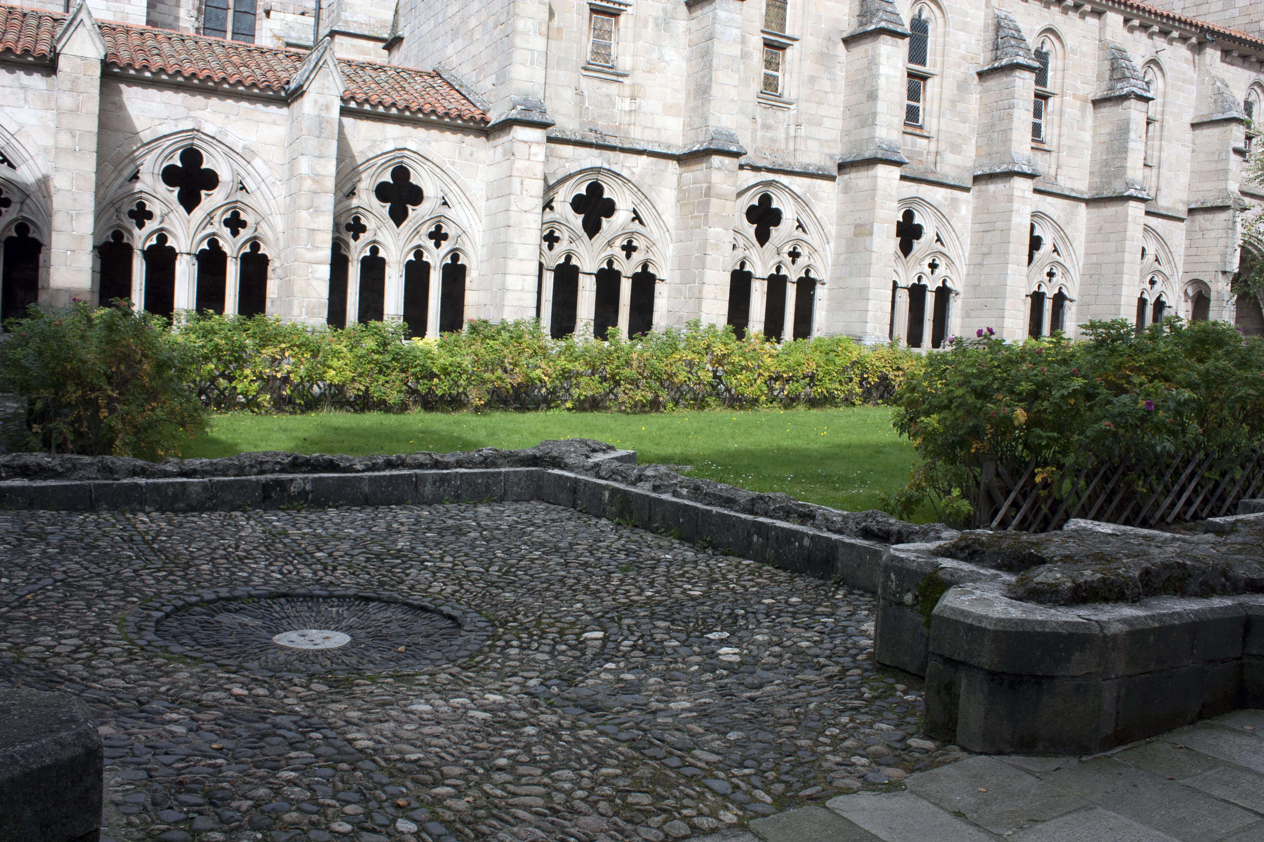 file abbaye saint robert de la chaise dieu fontaine du clo tre. Black Bedroom Furniture Sets. Home Design Ideas