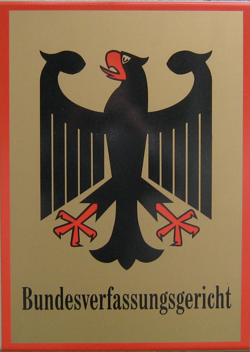 Tafel des Bundesverfassungsgerichts in Karlsruhe (Quelle: Elkawe via Wikimedia Commons unter CC-BY-SA 3.0 Lizenz)