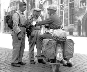 Parlant à un militaire canadien durant la bataille de l'escaut