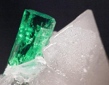 File:Beryl-Calcite-t-em5d.jpg
