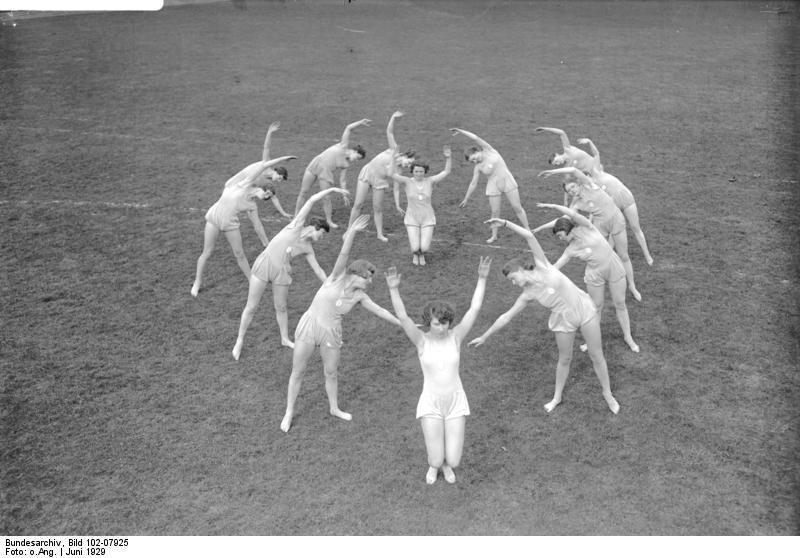 Bundesarchiv Bild 102-07925, Hannover, Frauen-Turnschule Logis.jpg