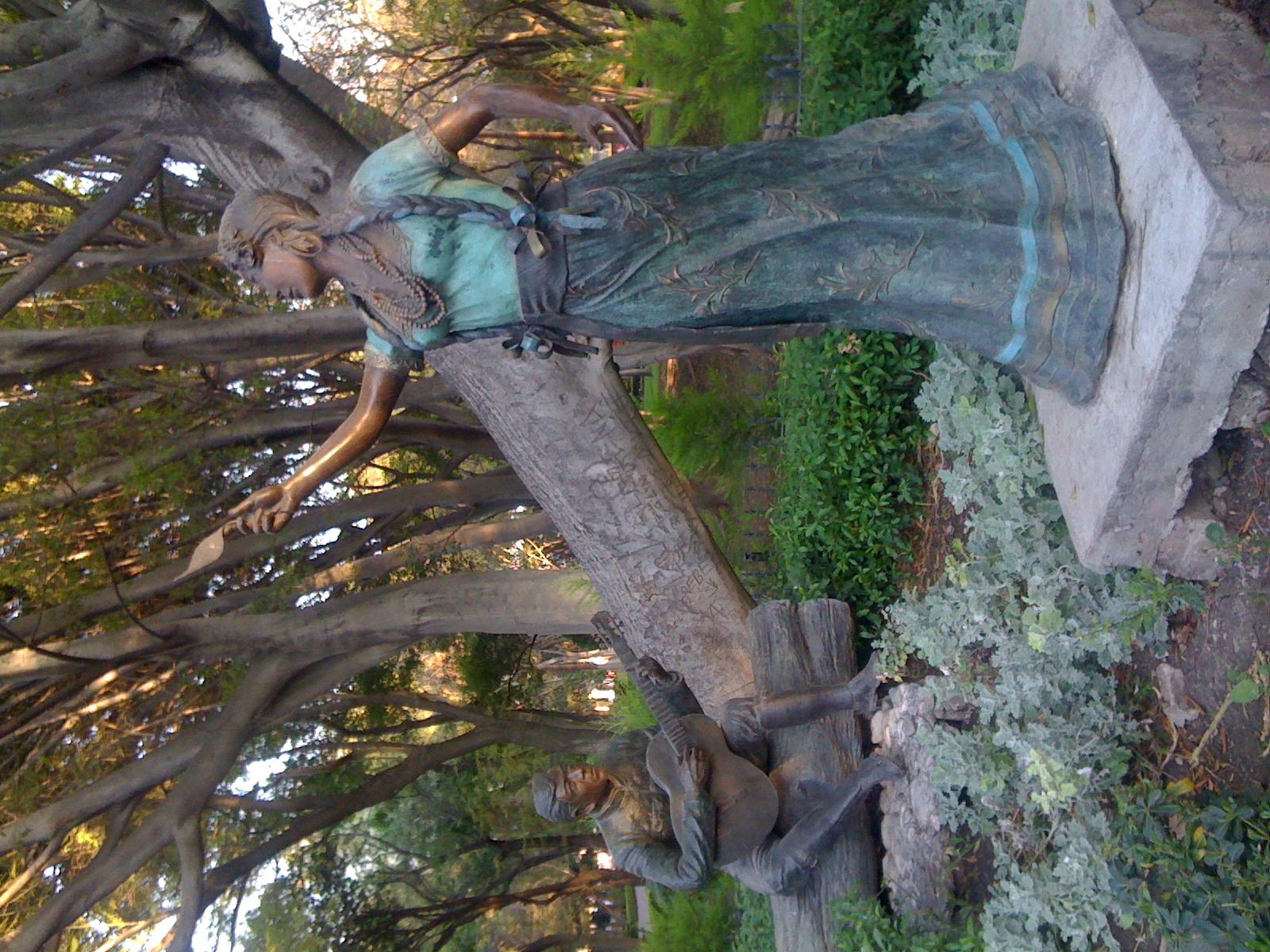 """Canción mixteca"", escultura de Juan Velasco, en la Alameda de Querétaro."