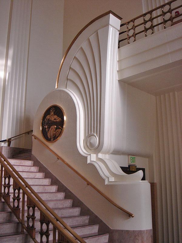 Baños Estilo Art Deco:Escaleras en rotonda en estilo art déco del Burkbank City Hall