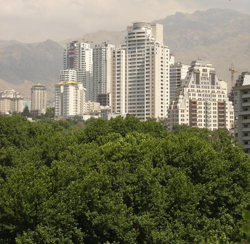 Berge von Alborz über dem Neubaugebiet von Elahiyeh.