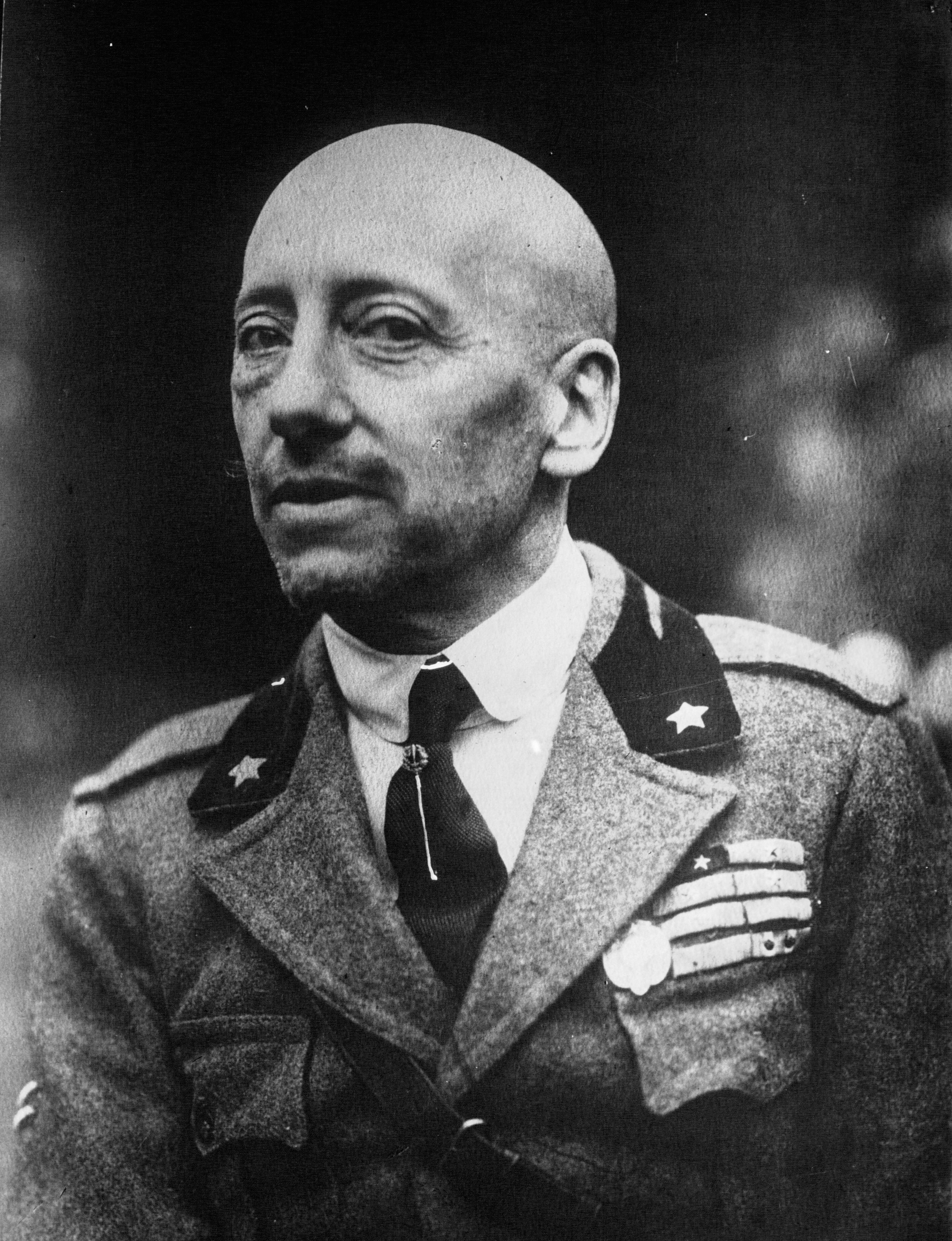 https://upload.wikimedia.org/wikipedia/commons/2/25/Gabriele_D%27Annunzio_1922.jpg