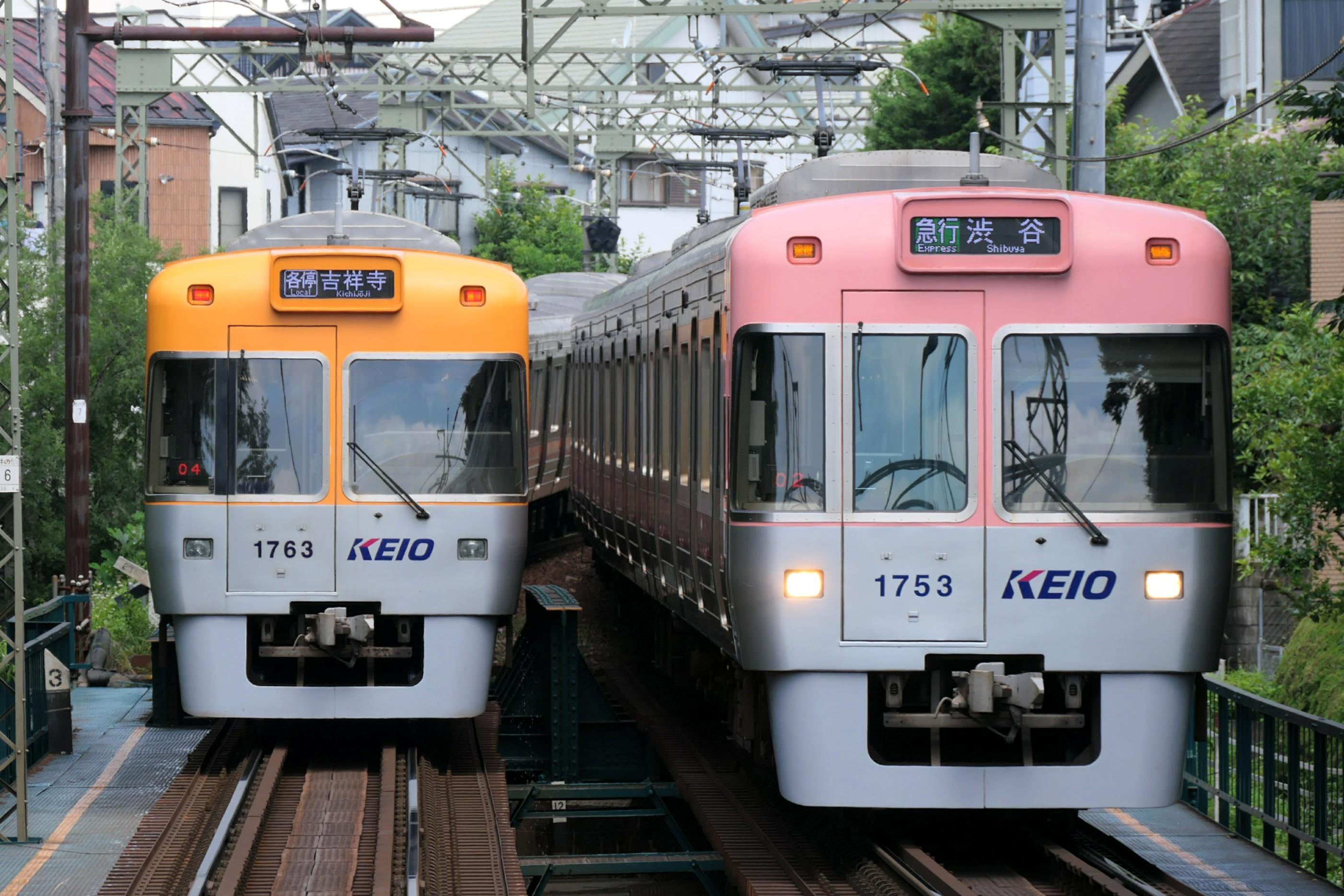 https://upload.wikimedia.org/wikipedia/commons/2/25/Inokashira_line_Series1000.jpg
