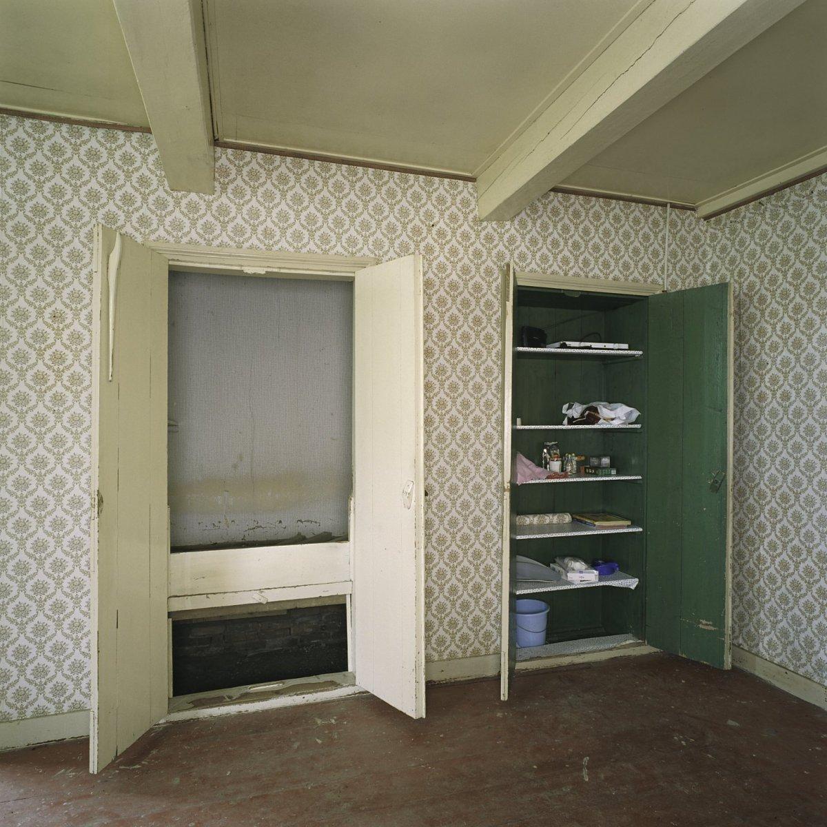 File interieur bedstee en kast met geopende deuren in het for Bouwen en interieur