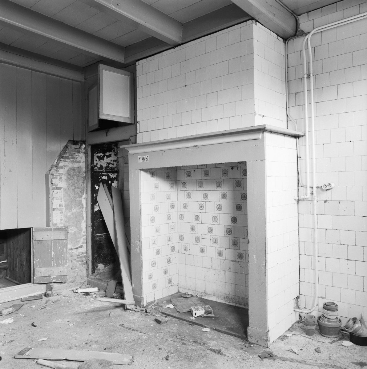 File interieur schouw in de keuken aan de binnenzijde bekleed met tegels uithoorn 20400670 - Mat tegels ...