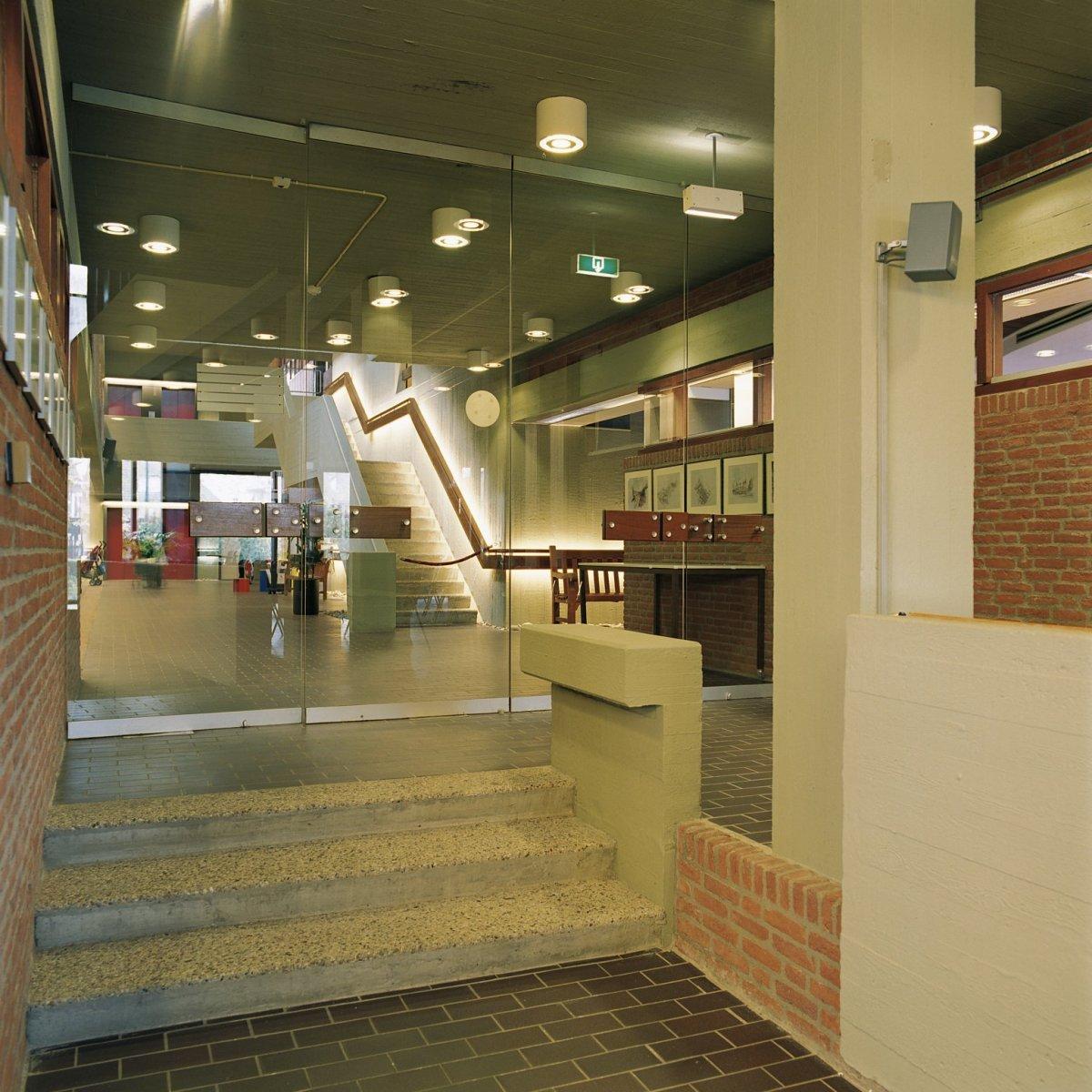 File:Interieur, zicht op de centrale hal met trap naar de eerste ...