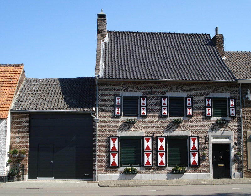 Huis met ingang en vensters in naamse steen onder ontlastingsbogen in maastricht monument - Huis ingang ...