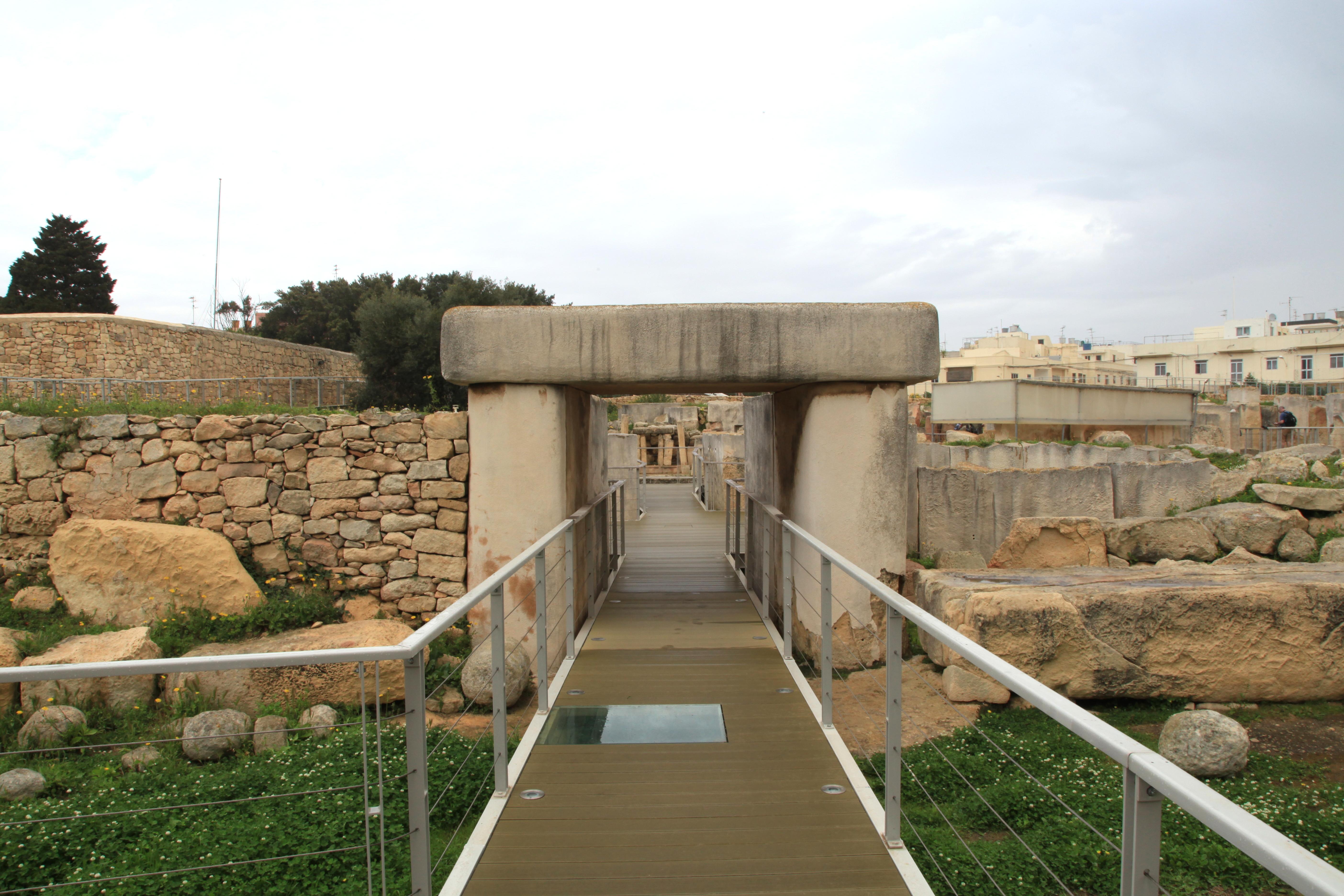 Malta - Tarxien - Triq it-Tempji Neolitici - Temples 10 ies.jpg
