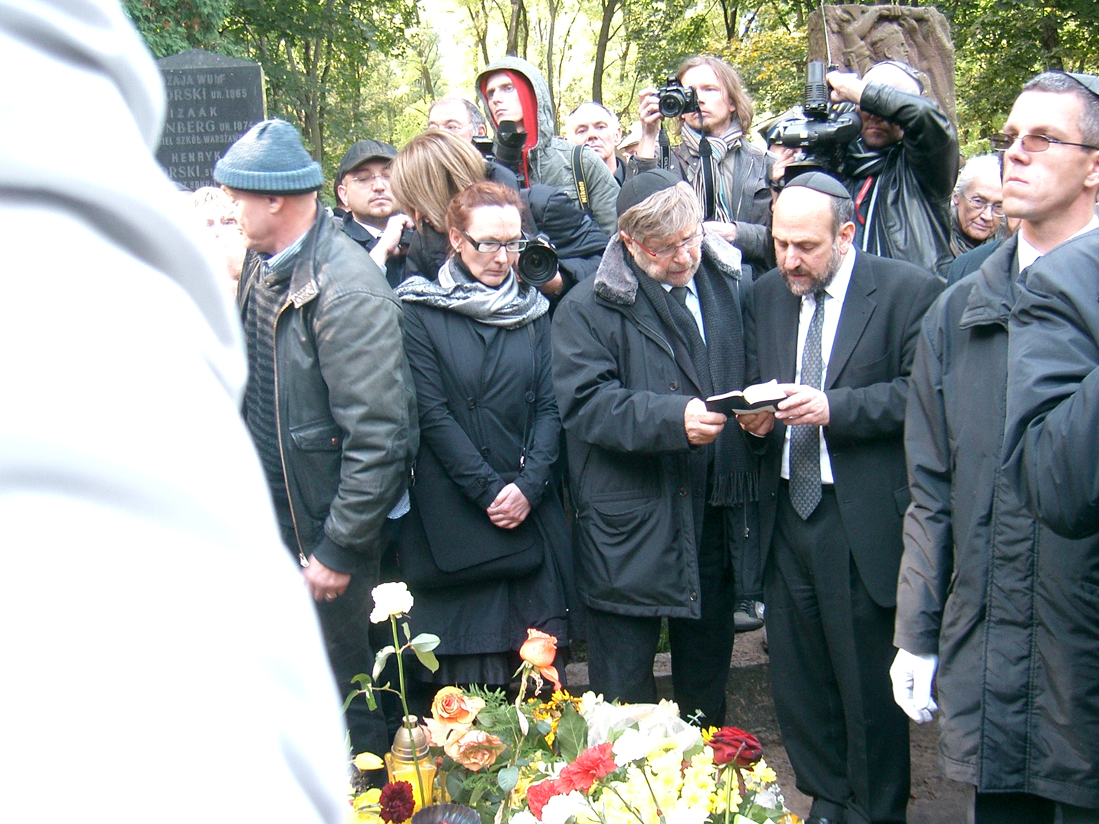 https://upload.wikimedia.org/wikipedia/commons/2/25/Marek_Edelman%27s_funeral_Warsaw_October09_2009_CIMG7528.JPG