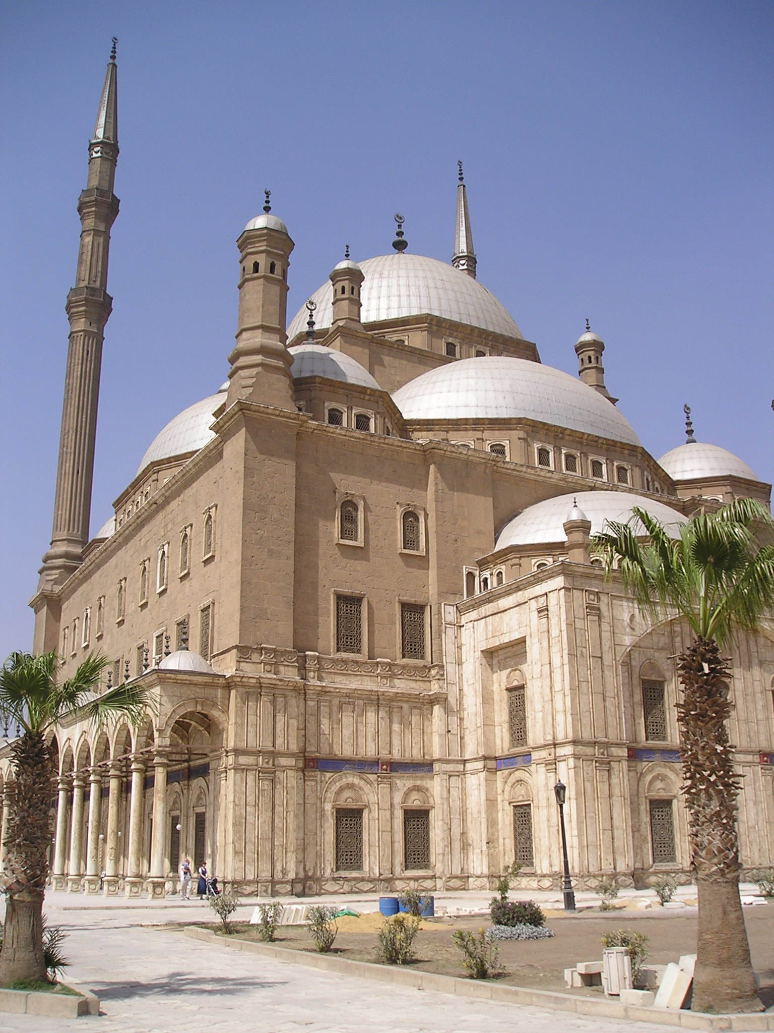 http://upload.wikimedia.org/wikipedia/commons/2/25/Mosque_of_An-Nasir_Mohammed_in_Cairo.jpg