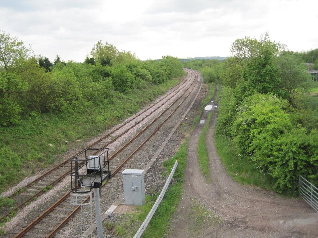 https://upload.wikimedia.org/wikipedia/commons/2/25/Oakenshaw_railway_station_%28site%29%2C_Yorkshire_%28geograph_3469070%29.jpg