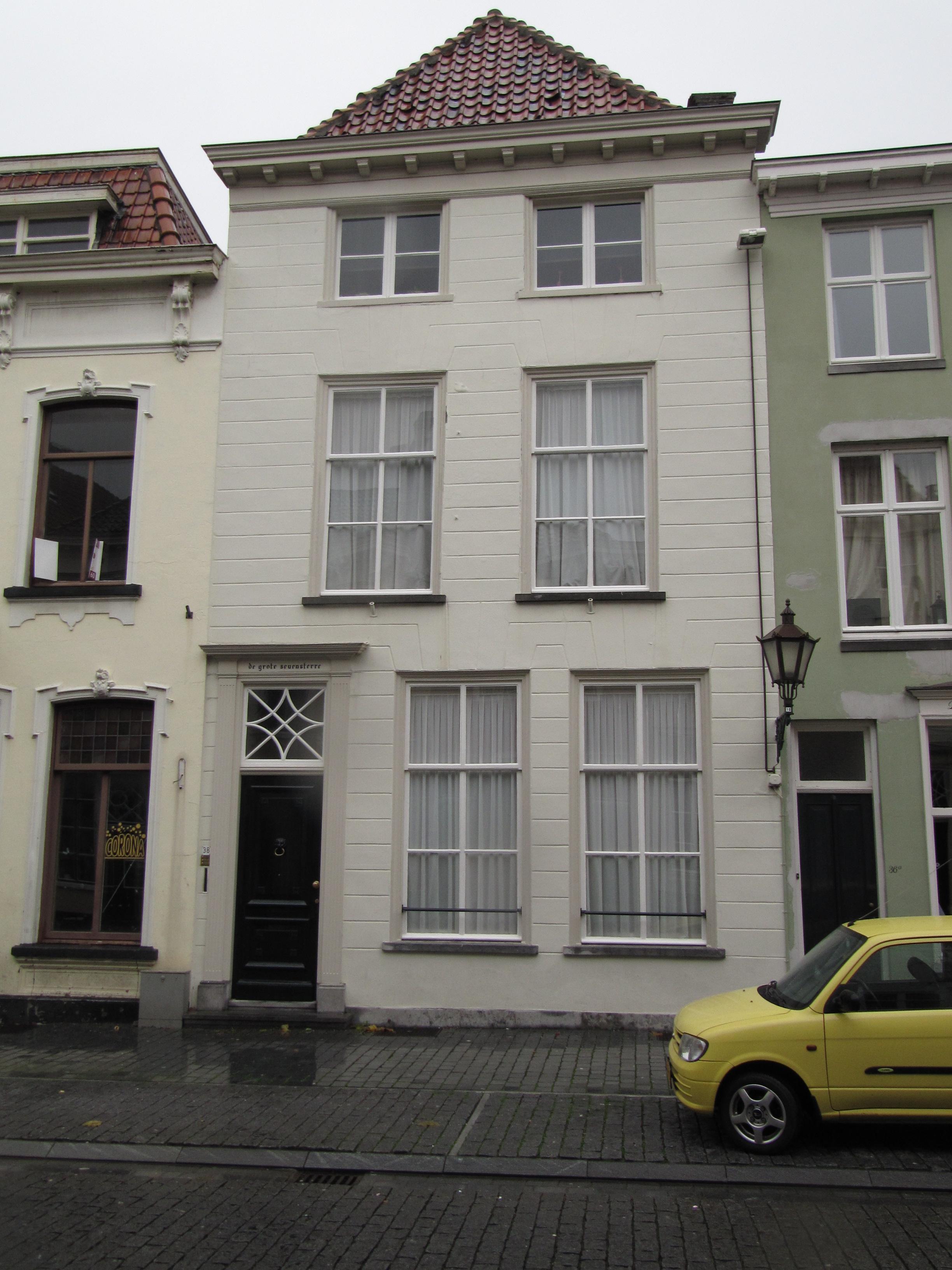Huis met gebosseerd gepleisterde lijstgevel kroonlijst op klossen en ingang tussen - Tussen huis ...