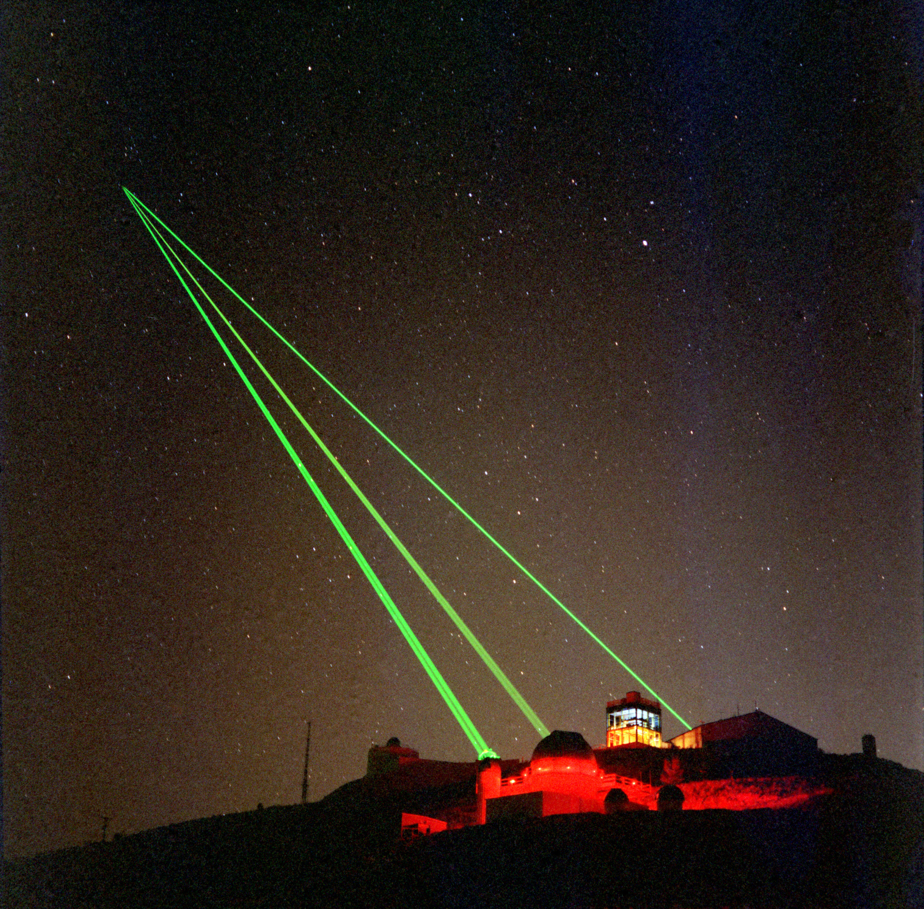 Starfire_Optical_Range_-_three_lasers_into_space.jpg