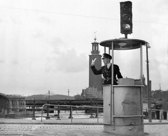 Combinación de policía de tráfico y semáforo en Estocolmo, 1953.