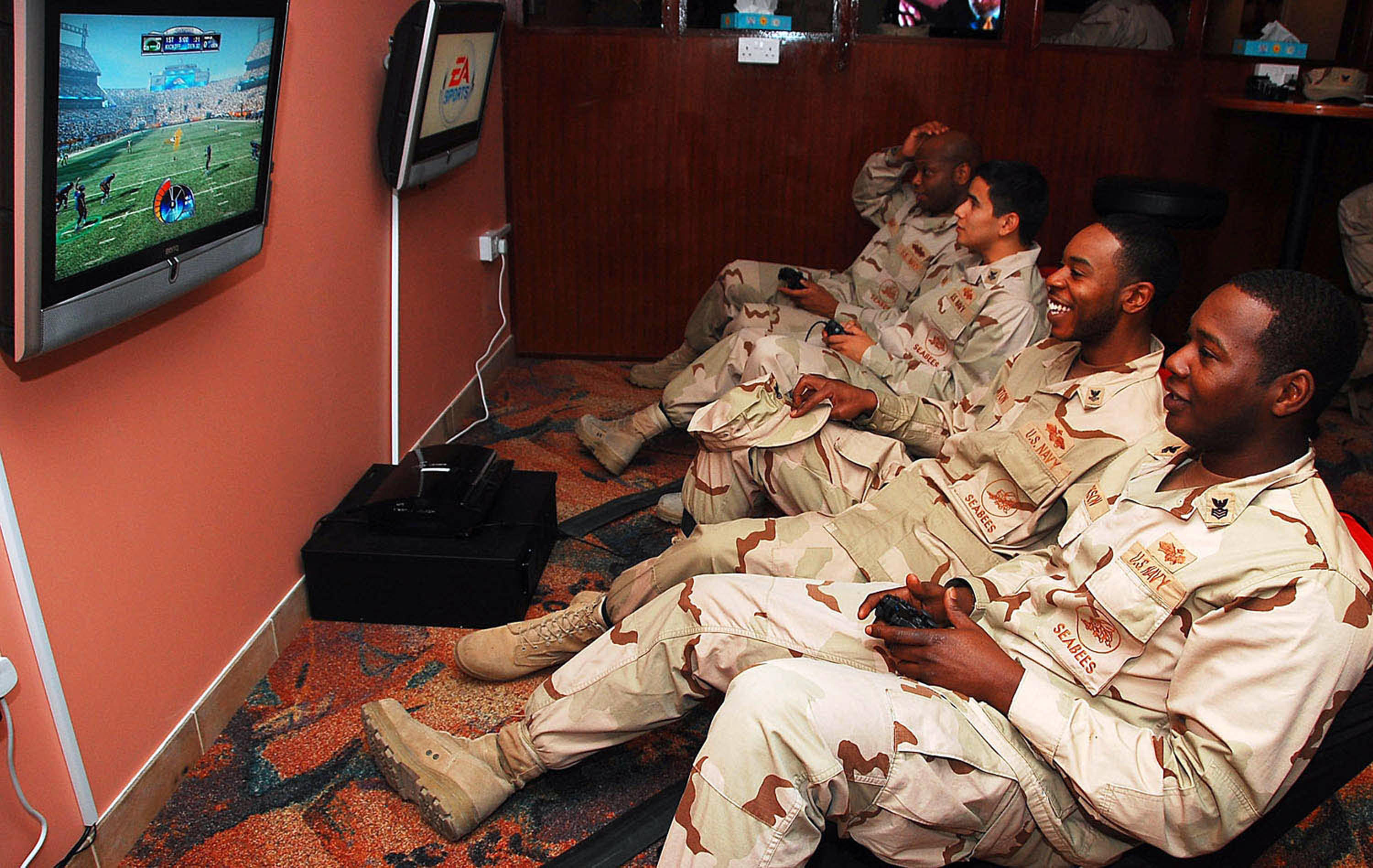 File:US Navy 090205-N-7862M-002 Sailors play video games ...