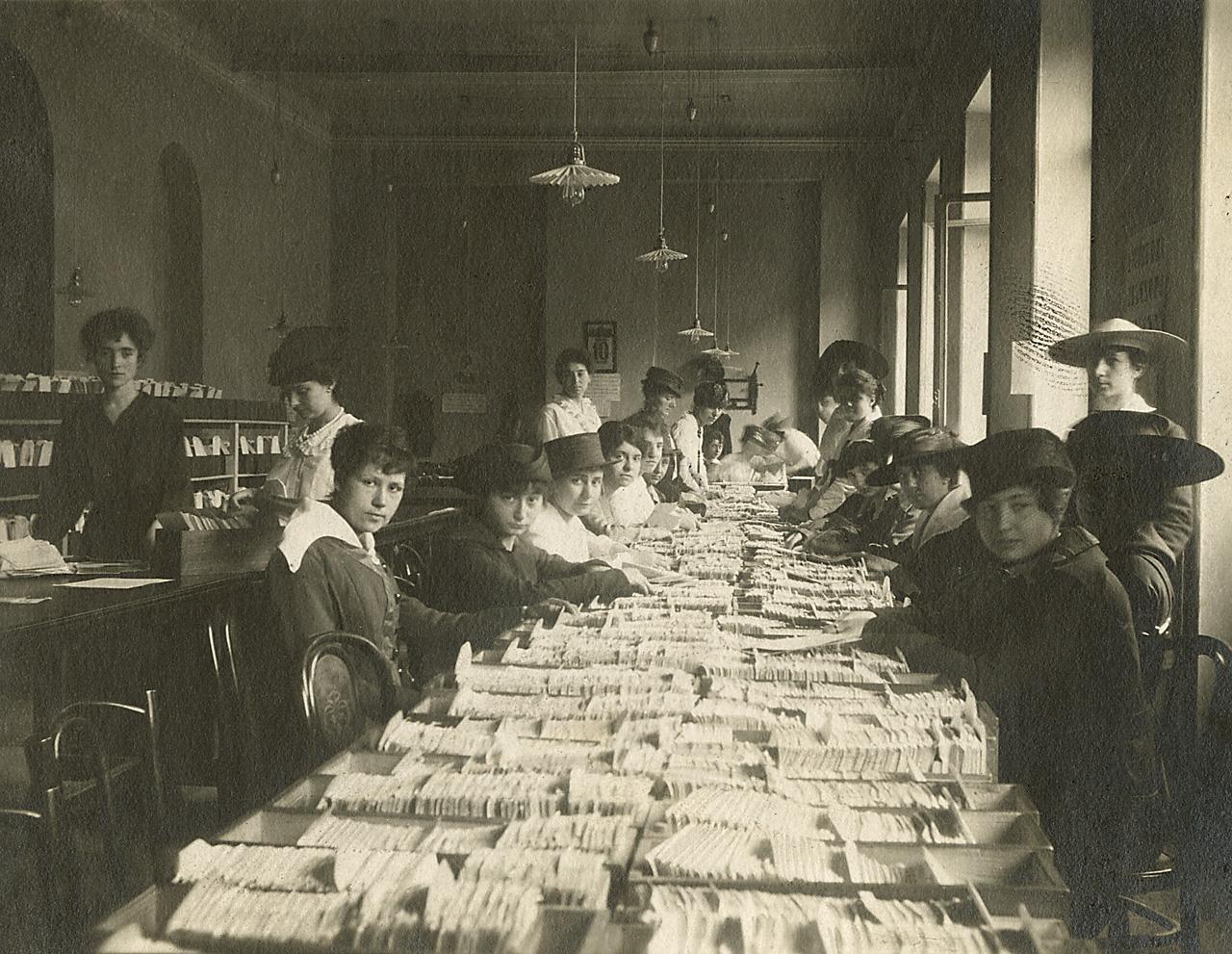 Ufficio Wikipedia : File:ufficio postale. donne al lavoro u2013 lombardia.jpg wikipedia