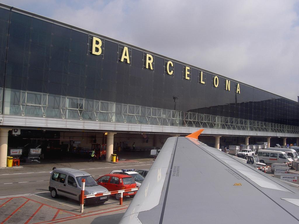 File:Aeropuerto de Barcelona (1322744358).jpg - Wikimedia Commons