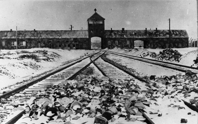 Einfahrtsgebäude des Vernichtungslager Auschwitz-Birkenau, Ansicht von innen, 1945
