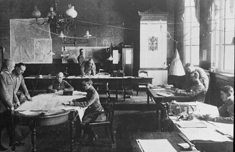 Datei:Bundesarchiv Bild 103-185-004, Ostfeldzug, Offiziere im Hauptquartier.jpg