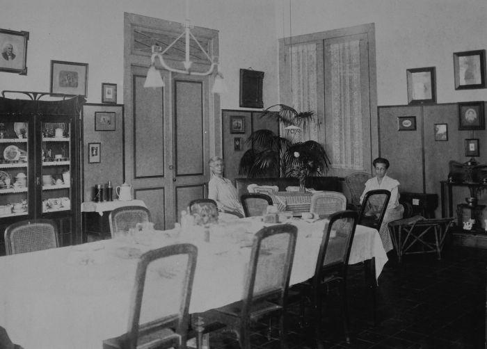 File collectie tropenmuseum twee indo europese vrouwen in een kamer met een gedekte tafel een - Hoe aparte een kamer in twee ...