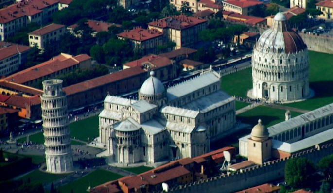 http://upload.wikimedia.org/wikipedia/commons/2/26/Campo_dei_Miracoli_overview2.jpg
