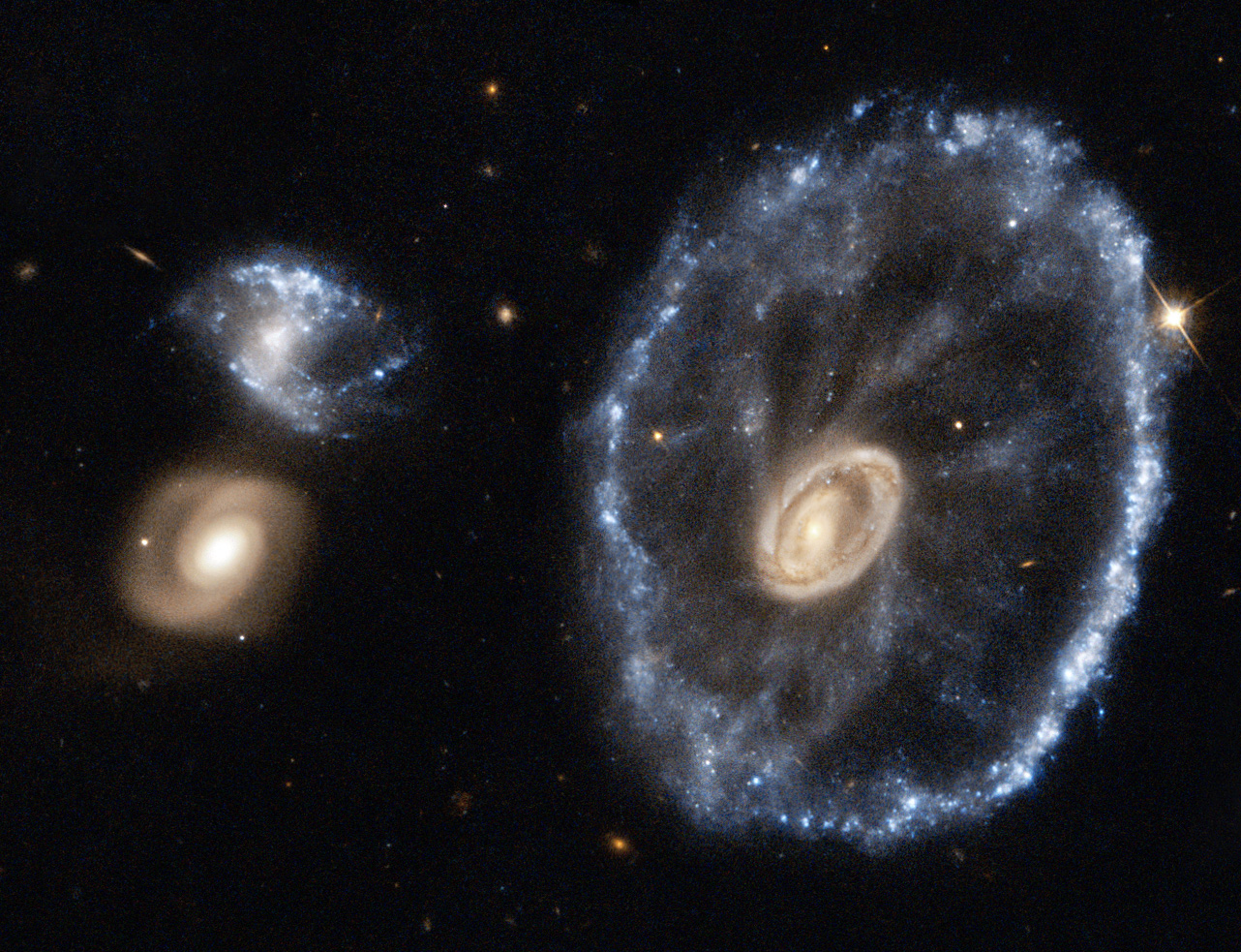 """""""Koleso od voza"""", podivná galaxia, ktorá vznikla zrážkou. Zďaleka však nie je taký symetrická."""