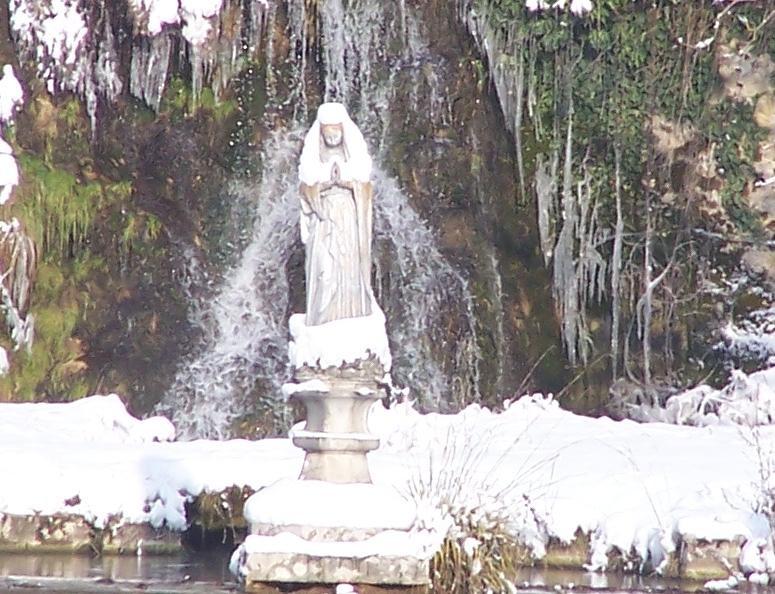 Chartreuse de Sélignac - Vierge au bassin sous la neige