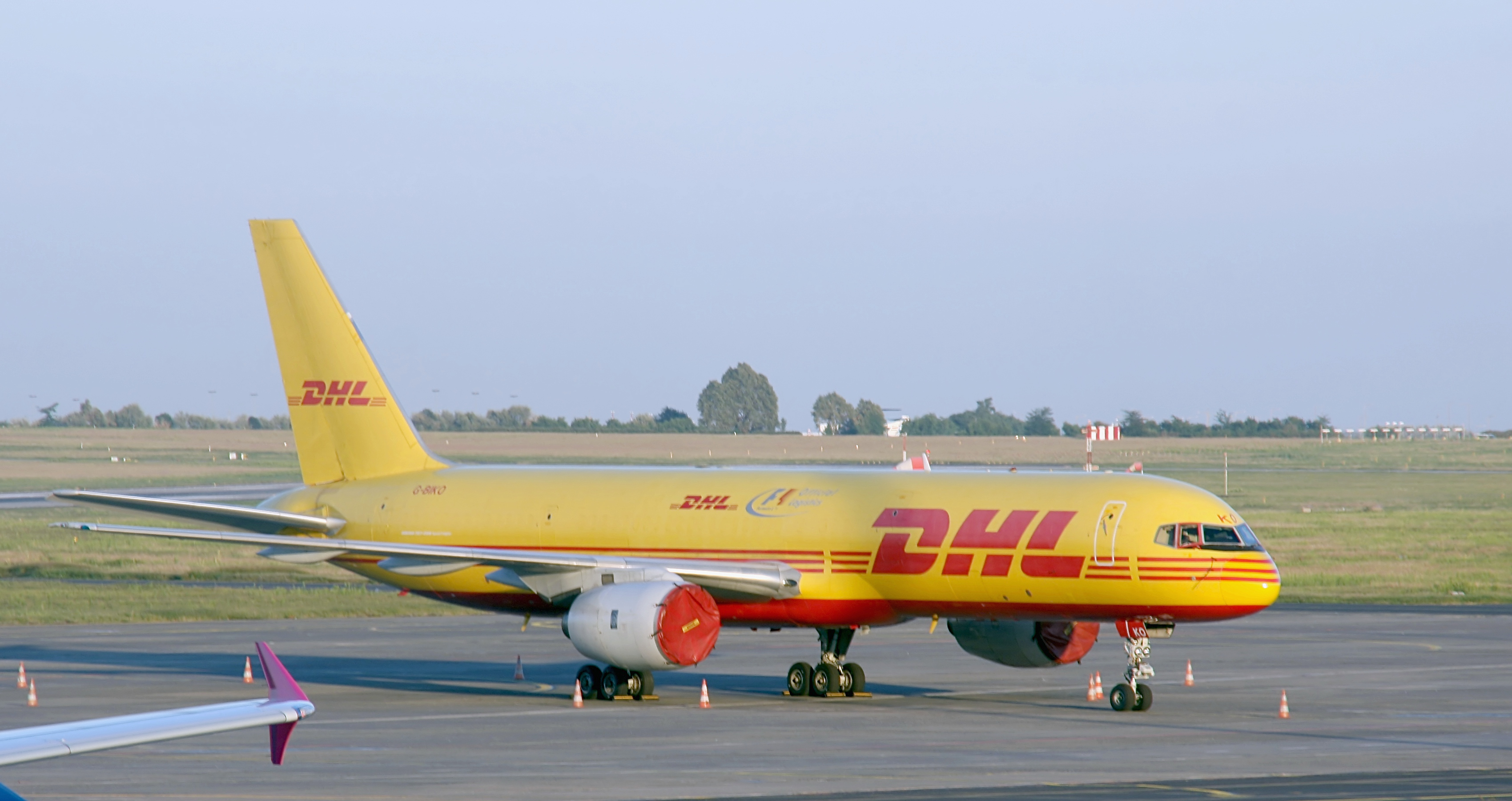 https://upload.wikimedia.org/wikipedia/commons/2/26/DHL_Air_UK_-_Boeing_757-236(SF)_-_G-BIKO_-_Airport_Budapest_(6229).jpg