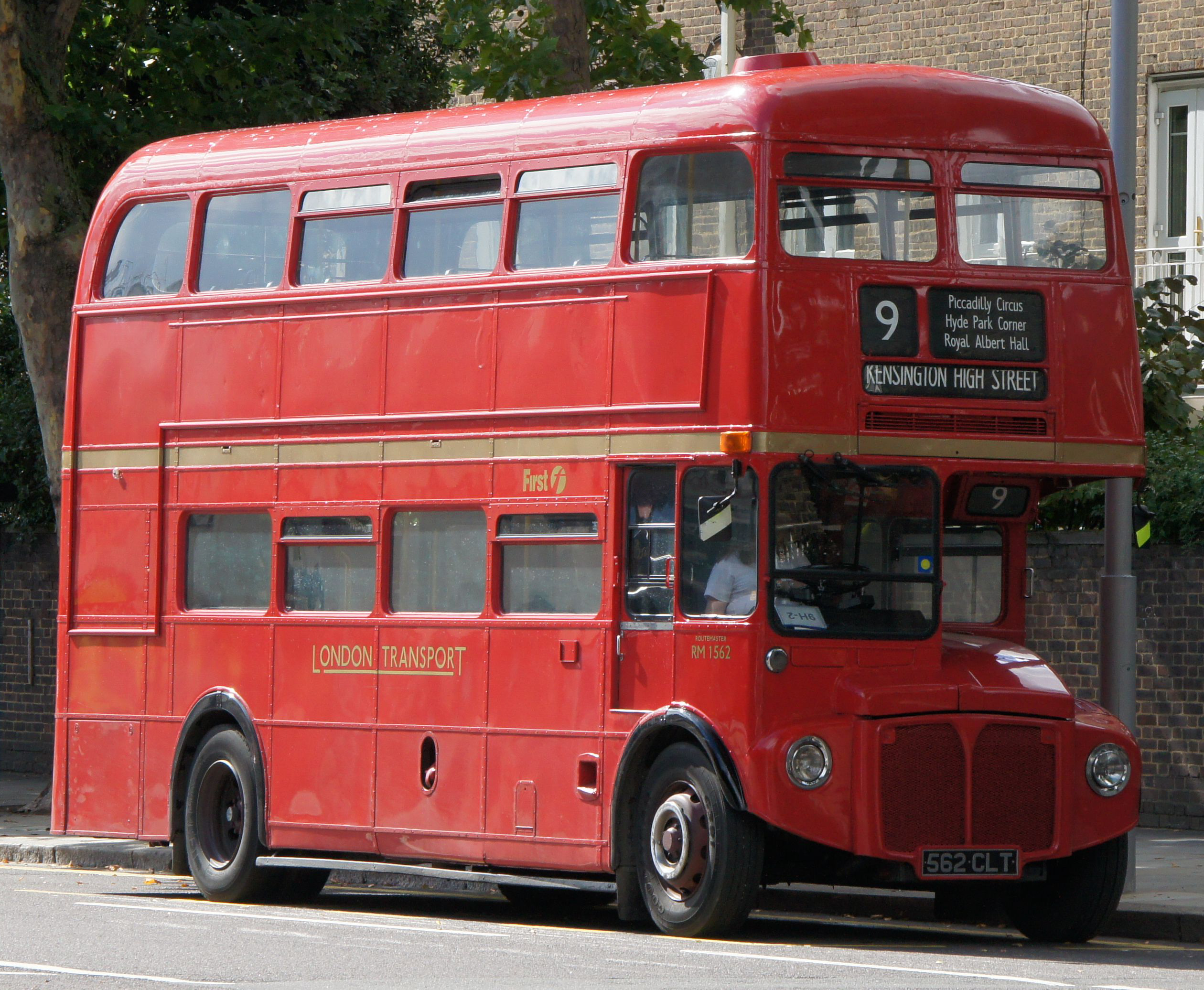 Аутобуси First_London_Routemaster_bus_RM1562_(562_CLT),_heritage_route_9,_Kensington_High_Street,_27_August_2011_(1)