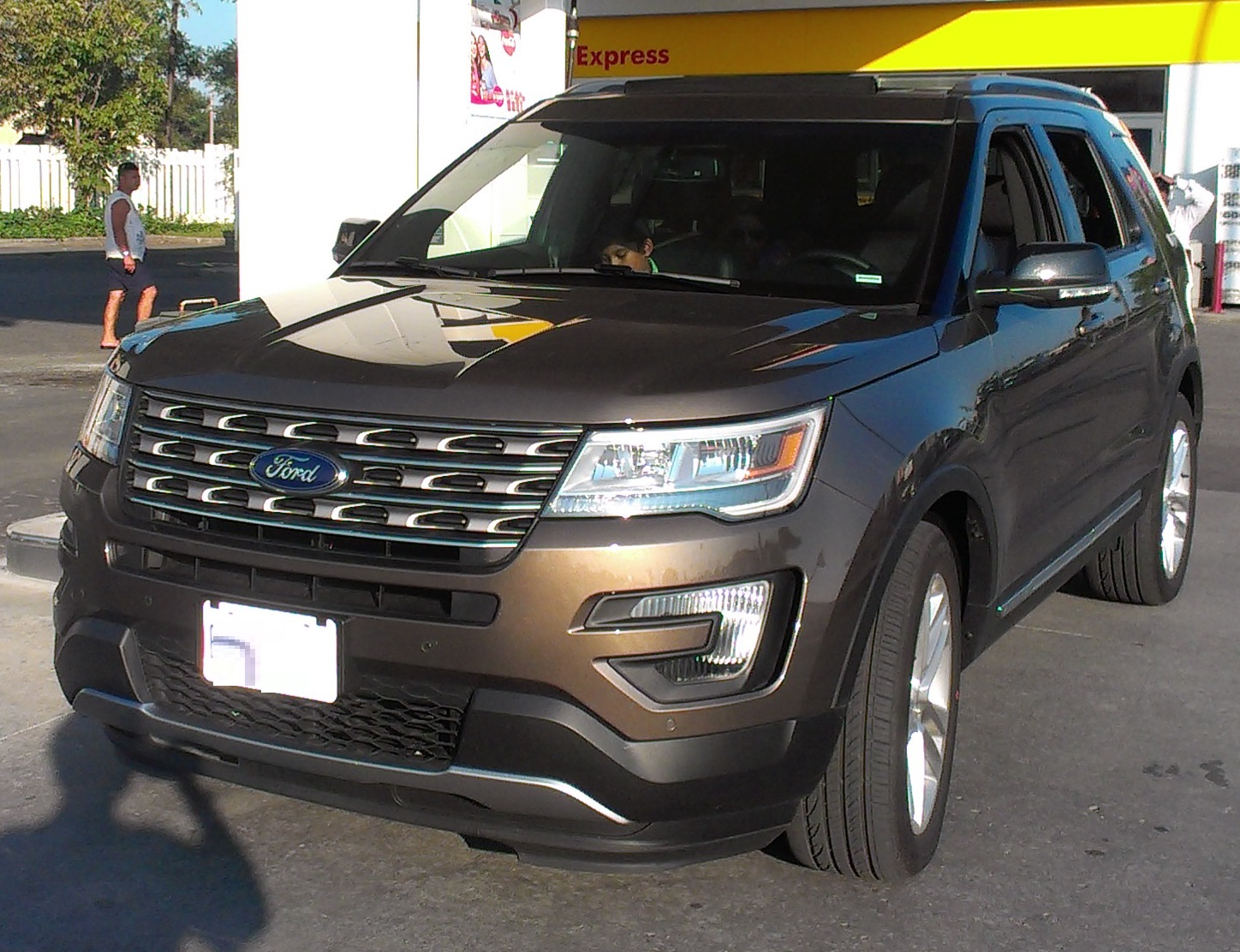 https://upload.wikimedia.org/wikipedia/commons/2/26/Ford_Explorer_'16.jpg