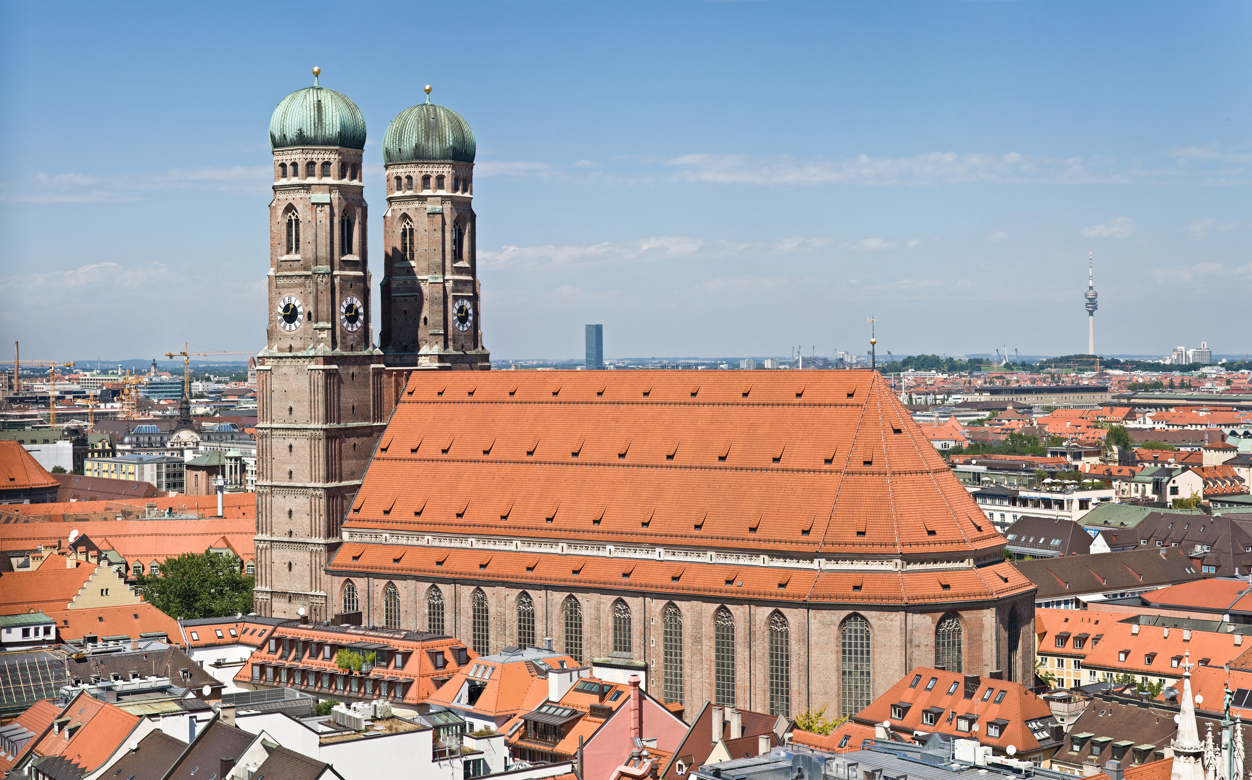 Frauenkirche Munich - View from Peterskirche Tower.jpg. Konfession: römisch- katholisch